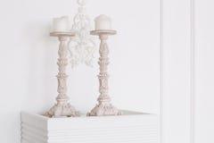 Τα άσπρα παλαιά κηροπήγια με τα κεριά κλείνουν επάνω Τοίχος στόκων Στοκ εικόνα με δικαίωμα ελεύθερης χρήσης