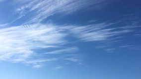 Τα άσπρα σύννεφα εξαφανίζονται στον καυτό ήλιο στο μπλε ουρανό Η κίνηση χρόνος-σφάλματος καλύπτει το υπόβαθρο μπλε ουρανού μπλε ο απόθεμα βίντεο