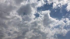Τα άσπρα σύννεφα εξαφανίζονται στον καυτό ήλιο στο μπλε ουρανό Η κίνηση χρόνος-σφάλματος καλύπτει το υπόβαθρο μπλε ουρανού Σύννεφ φιλμ μικρού μήκους