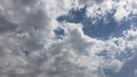 Τα άσπρα σύννεφα εξαφανίζονται στον καυτό ήλιο στο μπλε ουρανό Η κίνηση χρόνος-σφάλματος καλύπτει το υπόβαθρο μπλε ουρανού Σύννεφ απόθεμα βίντεο
