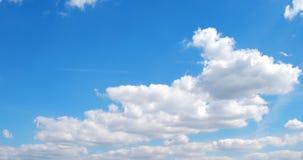 Τα άσπρα σύννεφα πετούν στα ύψη πέρα από το έγκαιρο σφάλμα οθόνης απόθεμα βίντεο