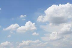 Τα άσπρα σύννεφα στον ουρανό, διαμορφώνουν καθώς μια βροχή καλύπτει Στοκ εικόνες με δικαίωμα ελεύθερης χρήσης