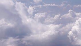 Τα άσπρα σύννεφα στον ουρανό κλείνουν επάνω απόθεμα βίντεο