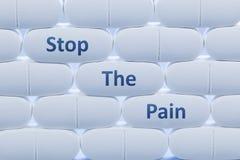 Τα άσπρα χάπια με τις λέξεις ` σταματούν τον πόνο ` Στοκ Φωτογραφία