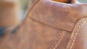 Τα άτομα διαμορφώνουν τις καφετιές μπότες δέρματος απόθεμα βίντεο