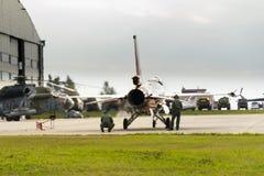 Τα άτομα εξετάζουν Πολεμική Αεροπορία Lockheed Martin j-015 τη βασιλική Κάτω Χωρών φ-16AM αεριωθούμενο αεροπλάνο γερακιών πάλης Στοκ Εικόνες