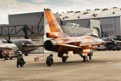 Τα άτομα εξετάζουν Πολεμική Αεροπορία Lockheed Martin j-015 τη βασιλική Κάτω Χωρών φ-16AM αεριωθούμενο αεροπλάνο γερακιών πάλης Στοκ Φωτογραφίες