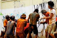 Τα άτομα εργάζονται σε μια ομάδα για να τραβήξουν το υπόγειο καλώδιο