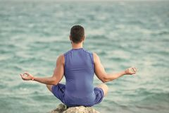 Τα άτομα θεραπεύουν την προσοχή σωμάτων Γιόγκη που έχει την περισυλλογή στην παραλία στοκ φωτογραφίες με δικαίωμα ελεύθερης χρήσης