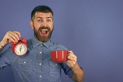 Τα άτομα θεραπεύουν την προσοχή σωμάτων Καφές ή τσάι πρωινού ποτών ατόμων με το ξυπνητήρι, διάστημα αντιγράφων Στοκ εικόνες με δικαίωμα ελεύθερης χρήσης