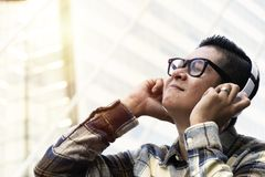 Τα άτομα κάθονται ευτυχώς να ακούσουν από τα ακουστικά στοκ εικόνα
