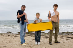 Τα άτομα κρατούν ένα κενό έμβλημα Στοκ εικόνες με δικαίωμα ελεύθερης χρήσης