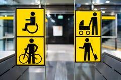 Τα άτομα με ειδικές ανάγκες, το ποδήλατο, ο περιπατητής και το μεγάλο κίτρινο pictrogram αποσκευών στο μετρό, πληροφορίες μεταφέρ στοκ εικόνα
