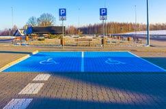 Τα άτομα με ειδικές ανάγκες υπογράφουν, λεπτομέρεια ενός σήματος σε μια υποστήριξη χώρων στάθμευσης Στοκ Φωτογραφίες