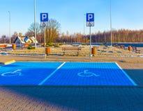 Τα άτομα με ειδικές ανάγκες υπογράφουν, λεπτομέρεια ενός σήματος σε μια υποστήριξη χώρων στάθμευσης Στοκ Εικόνες