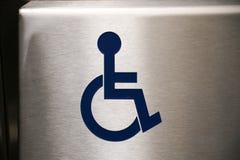 Τα άτομα με ειδικές ανάγκες υπογράφουν το ανοξείδωτο μπλε στην αναπηρική καρέκλα συμβόλων ανελκυστήρων backg Στοκ Φωτογραφία