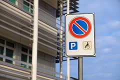Τα άτομα με ειδικές ανάγκες υπογράφουν το σημείο χώρων στάθμευσης σημαδιών, άτομα με ειδικές ανάγκες που σταθμεύουν το σημάδι αδε Στοκ φωτογραφίες με δικαίωμα ελεύθερης χρήσης