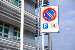 Τα άτομα με ειδικές ανάγκες υπογράφουν το σημείο χώρων στάθμευσης σημαδιών, άτομα με ειδικές ανάγκες που σταθμεύουν το σημάδι αδε Στοκ εικόνα με δικαίωμα ελεύθερης χρήσης