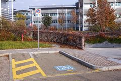 Τα άτομα με ειδικές ανάγκες υπογράφουν το σημείο χώρων στάθμευσης σημαδιών, άτομα με ειδικές ανάγκες που σταθμεύουν το σημάδι αδε Στοκ φωτογραφία με δικαίωμα ελεύθερης χρήσης