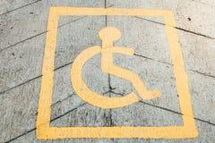 Τα άτομα με ειδικές ανάγκες υπογράφουν σε έναν δρόμο Στοκ εικόνα με δικαίωμα ελεύθερης χρήσης
