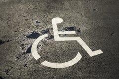 Τα άτομα με ειδικές ανάγκες υπογράφουν σε έναν χώρο στάθμευσης Στοκ Φωτογραφίες