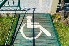 Τα άτομα με ειδικές ανάγκες υπογράφουν στη διάβαση Στοκ εικόνες με δικαίωμα ελεύθερης χρήσης