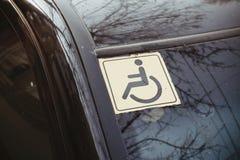 Τα άτομα με ειδικές ανάγκες υπογράφουν στο γυαλί αυτοκινήτων Στοκ φωτογραφίες με δικαίωμα ελεύθερης χρήσης