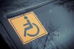 Τα άτομα με ειδικές ανάγκες υπογράφουν στο γυαλί αυτοκινήτων Στοκ Εικόνες