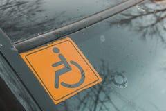 Τα άτομα με ειδικές ανάγκες υπογράφουν στο γυαλί αυτοκινήτων Στοκ εικόνα με δικαίωμα ελεύθερης χρήσης