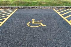 Τα άτομα με ειδικές ανάγκες υπογράφουν στο υπαίθριο σταθμό αυτοκινήτων Στοκ Φωτογραφίες