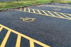 Τα άτομα με ειδικές ανάγκες υπογράφουν στο υπαίθριο σταθμό αυτοκινήτων Στοκ Εικόνες