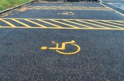 Τα άτομα με ειδικές ανάγκες υπογράφουν στο υπαίθριο σταθμό αυτοκινήτων Στοκ εικόνες με δικαίωμα ελεύθερης χρήσης