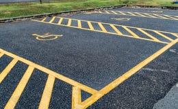 Τα άτομα με ειδικές ανάγκες υπογράφουν στο υπαίθριο σταθμό αυτοκινήτων Στοκ Φωτογραφία