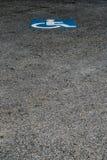 Τα άτομα με ειδικές ανάγκες υπογράφουν στο υπαίθριο σταθμό αυτοκινήτων Στοκ εικόνα με δικαίωμα ελεύθερης χρήσης