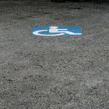 Τα άτομα με ειδικές ανάγκες υπογράφουν στο υπαίθριο σταθμό αυτοκινήτων Στοκ Εικόνα