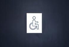 Τα άτομα με ειδικές ανάγκες υπογράφουν την τουαλέτα στην πόρτα Στοκ Εικόνα