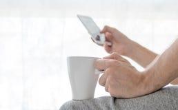 Τα άτομα πίνουν τον καφέ και chack την εργασία στο έξυπνο τηλέφωνο Στοκ φωτογραφίες με δικαίωμα ελεύθερης χρήσης