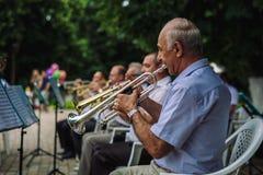 Τα άτομα παίζουν τα μουσικά όργανα Στοκ Εικόνες