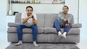 Τα άτομα παίζουν το παιχνίδι καθμένος απόθεμα βίντεο