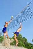 τα άτομα παραλιών παίζουν volley Στοκ Εικόνα