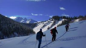 Τα άτομα πηγαίνουν skitour στα βαθιά mountsins απόθεμα βίντεο