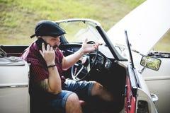 Τα άτομα που καλούν το μηχανικό για ανάλυσαν το αυτοκίνητο από την πλευρά οδών με ανοικτό Στοκ εικόνες με δικαίωμα ελεύθερης χρήσης