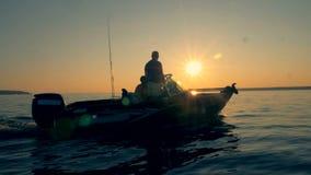 Τα άτομα που πηγαίνουν motorboat σε ένα νερό, κλείνουν επάνω απόθεμα βίντεο