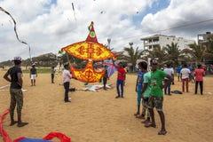 Τα άτομα προετοιμάζονται να προωθήσουν skywards τα μεγάλα ικτίνων στην παραλία Negombo Στοκ φωτογραφίες με δικαίωμα ελεύθερης χρήσης