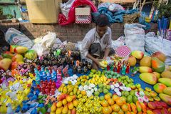 Τα άτομα πωλούν την αγγειοπλαστική επ' ευκαιρία του khela Jabbar ER Boli στο Τσιταγκόνγκ στοκ φωτογραφία