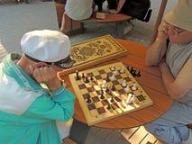 τα άτομα σκακιού παίζουν τους φορείς δύο Στοκ Φωτογραφία