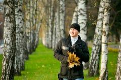 τα άτομα σταθμεύουν το περπάτημα Στοκ Εικόνες
