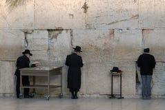 Τα άτομα στα μαύρα παραδοσιακά εβραϊκά καπέλα και τα παλτά φορεμάτων προσεύχονται κοντά στο δυτικό τοίχο, Ιερουσαλήμ, Ισραήλ Στοκ Εικόνες