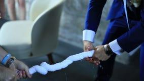 Τα άτομα στα σακάκια στρίβουν μια πετσέτα Γαμήλιοι διαγωνισμοί στο ρωσικό weddin απόθεμα βίντεο