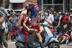 Τα άτομα στην έλξη στο μηχανικό δίκυκλο μηχανών γιορτάζουν στις 4 Ιουλίου, παρέλαση ημέρας της ανεξαρτησίας, Telluride, Κολοράντο Στοκ Φωτογραφίες